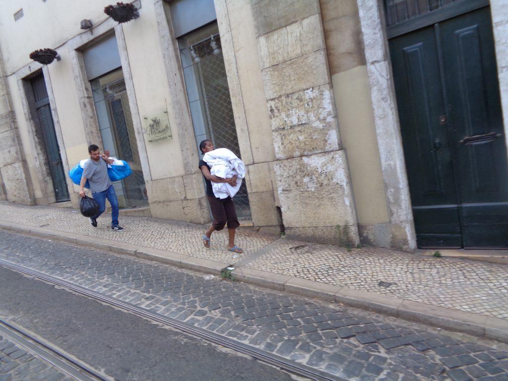 Камериерка и мъжът ѝ пренасят използвани чаршафи от един от хотелите до обществена пералня. Снимка: Къдринка Къдринова