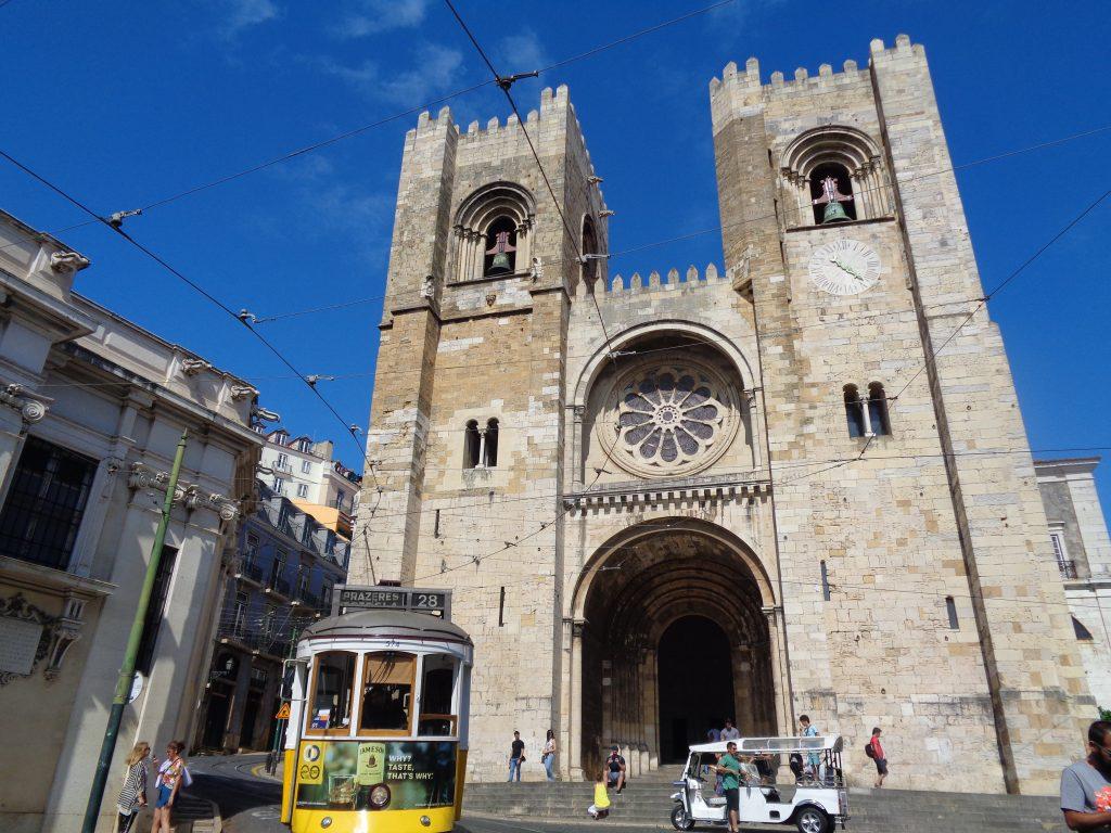 Катедралата Се с минаващо край нея трамвайче. Снимка: Къдринка Къдринова