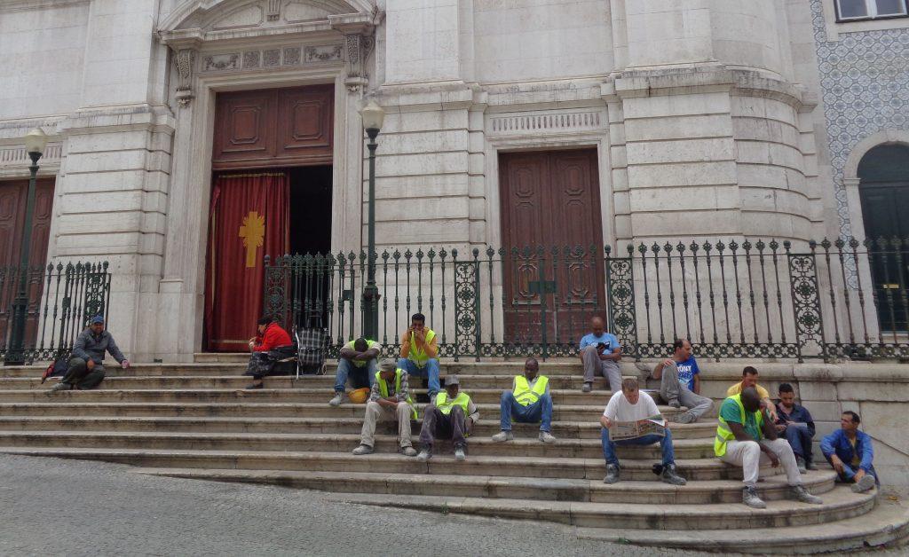 """Ето такива """"жълти жилетки"""" видях през лятото в Лисабон–строителни работници, отдъхващи в обедната почивка на стъпалата на катедрала. Снимка: Къдринка Къдринова"""