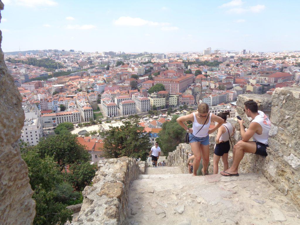 """Туристи катерят стълбите към крепостта """"Сао Жоржи"""", а зад тях се отваря панорама към Лисабон. Снимка: Къдринка Къдринова"""