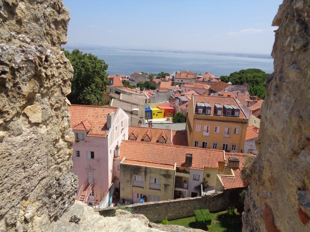 """Ярки кътчета от Лисабон се отварят пред погледа, отправен от крепостта """"Сао Жоржи"""". Снимка: Къдринка Къдринова"""