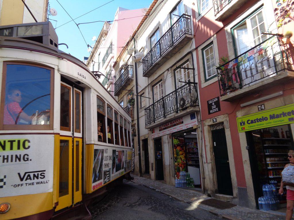 """Маршрутът на трамвай номер 28 миава понякога """"на една боя разстояние"""" от фасадите в Алфама. Снимка: Къдринка Къдринова"""