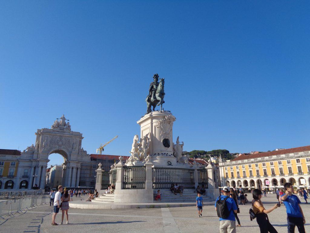 Паметникът на крал Жозе Първи е в средата на Площада на търговията, който стига до река Тежу. Снимка: Къдринка Къдринова