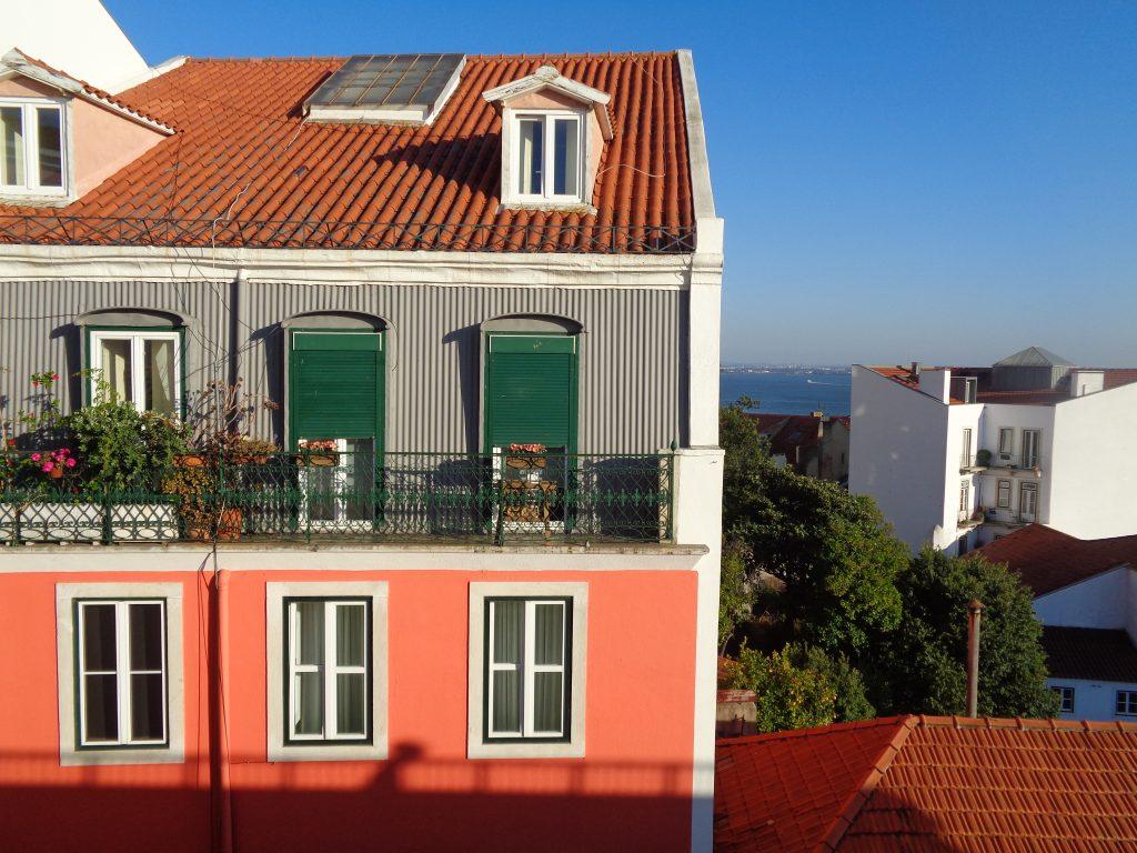 """Един от подемниците, стигащи в подножието на """"Сао Жоржи"""", извеждат на полщадка, откъдето се отваря такава панорама. Снимка: Къдринка Къдринова"""