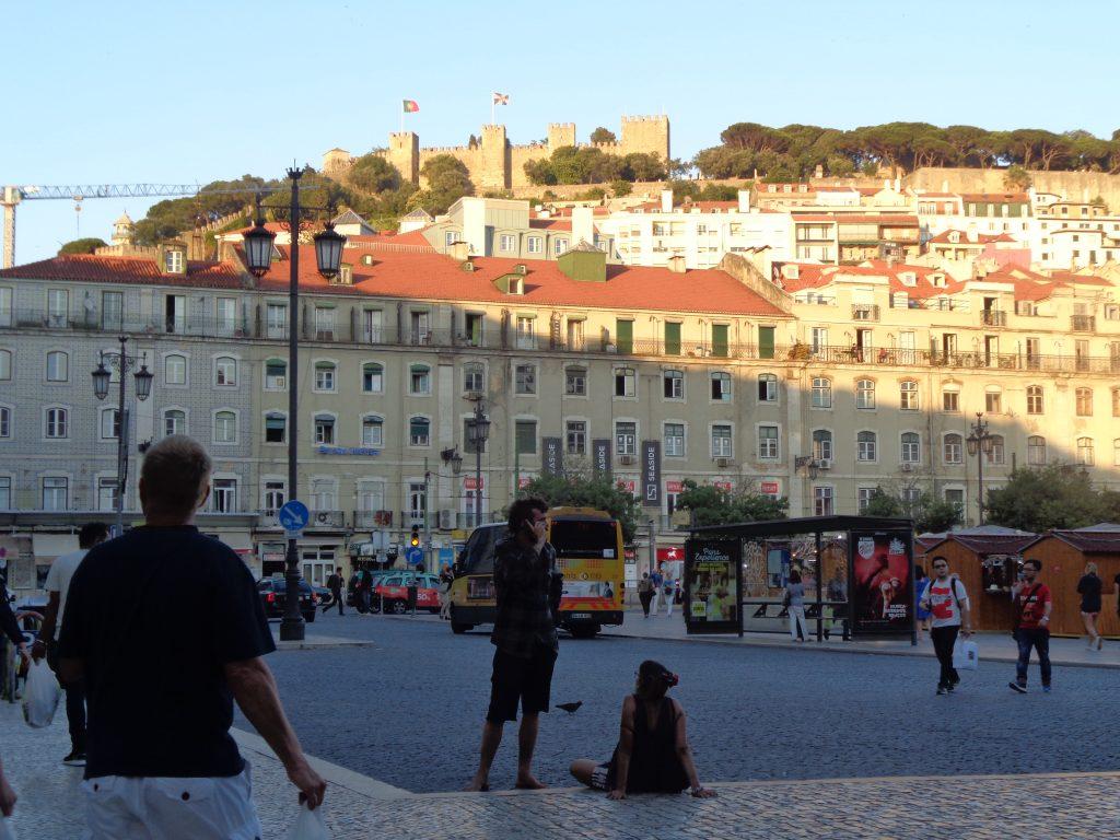 """Крепостните стени на """"Сао Жоржи"""" се виждат и от площад """"Фигейра"""". Снимка: Къдринка Къдринова"""