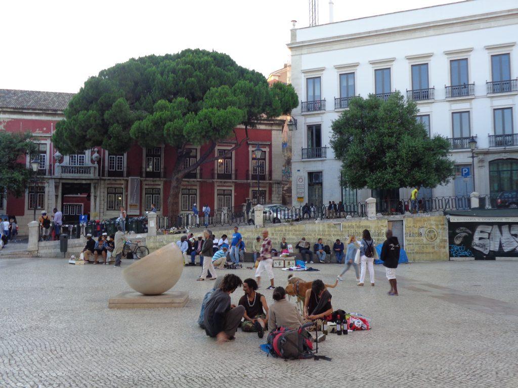 Край Двореца на независимостта (червената сграда в дъното) често се събират хипита и мигранти. Снимка: Къдринка Къдринова