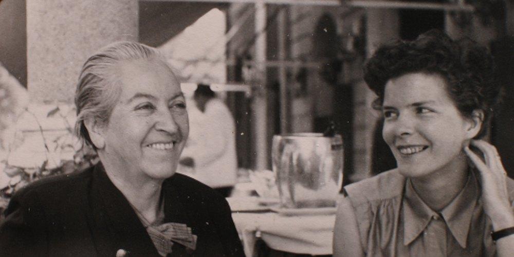 Габриела Мистрал (вляво) заедно с Дорис Дана. Снимка: Sin Etiquetas
