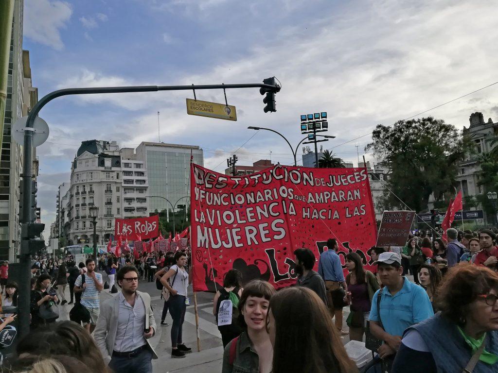 """Троцкистката организация """"Червените"""" (Las Rojas) се събира, за да се присъедини към протеста."""