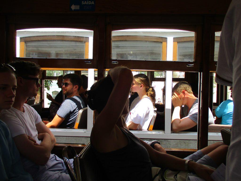 Две трамвайчета, пълни с туристи, се разминават. Снимка: Къдринка Къдринова