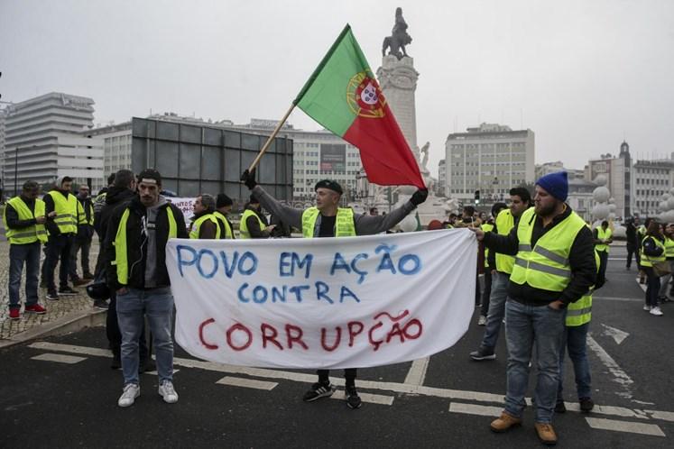 """Рано сутринта днес, на 21 декември, """"жълти жилетки"""" излязоха на ключовия площад """"Маркиз дьо Помбал"""" в Лисабон. Снимка: cmjornal.pt"""