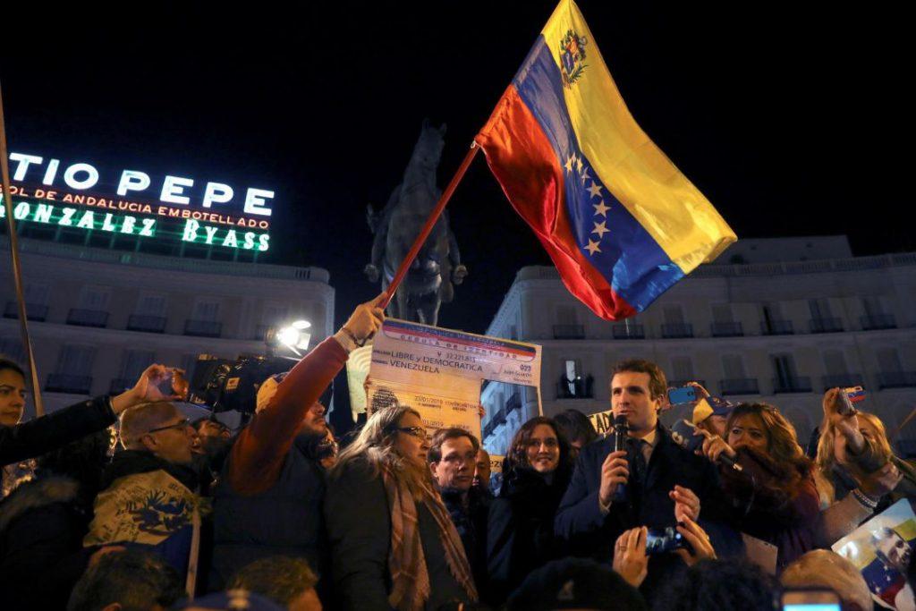 """Лидерът на Народната партия Пабло Касадо държи насърчителна реч пред венесуелски емигранти на площад """"Пуерта дел Сол"""" в Мадрид. Снимка: EFE"""