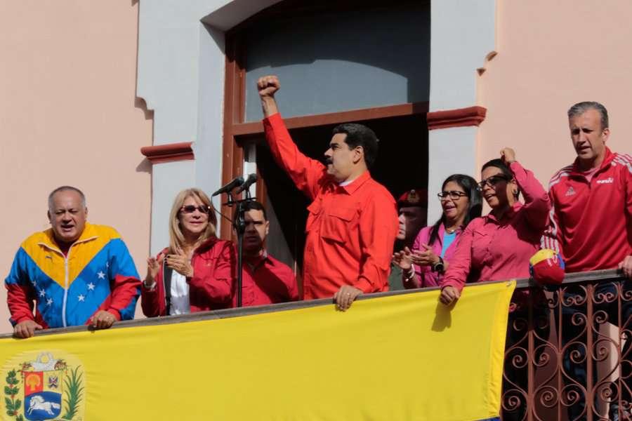 """Президентът Николас Мадуро приветства привържениците си от балкона на президентския дворец """"Мирафлорес"""". Снимка: Presidencia de Venezuela"""
