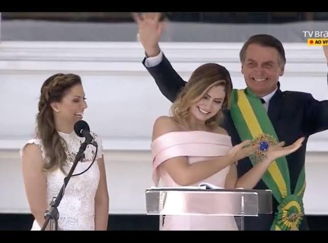 Мишел Болсонаро (в средата) славис жестове мъжа си. Снимка: Фейсбук