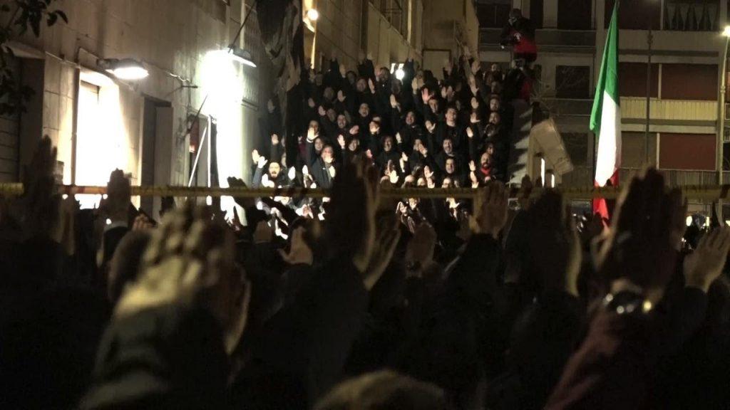 """Масов фашистки поздрав на тазгодишното поклонение на улица """"Ака Ларентия"""" в Рим. Снимка: YouTube"""