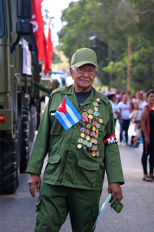 Гърдите на ветерана Астенио Нестор Соса Росабал са окичени с ордени и медали за заслуги пред революцията. Снимка: Cubadebate
