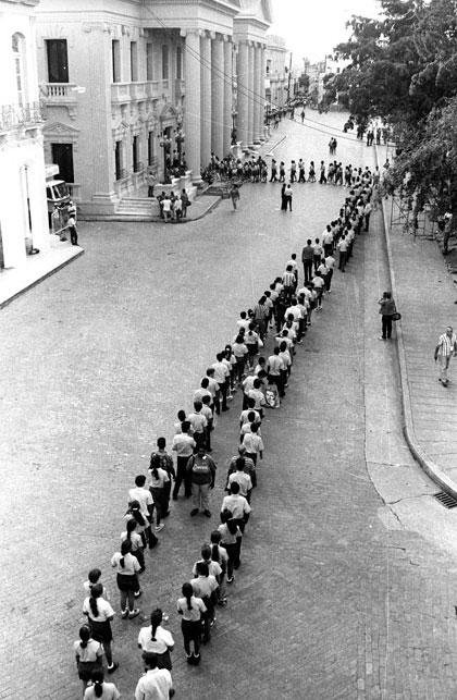Поклонението в Санта Клара пред останките на Че и другарите му, открити и пренесени от Боливия през 1997 г.