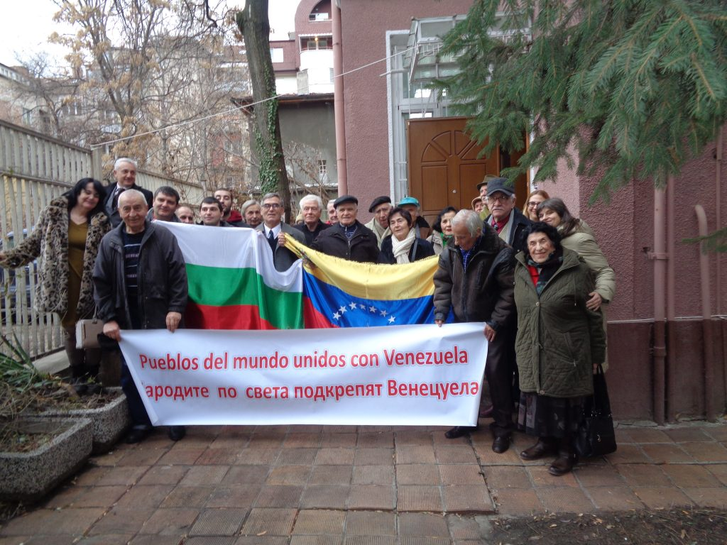 """На 23 януари в много страни по света движенията за солидарност с Венесуела организираха прояви в подкрепа на законността в тази страна. В София активисти на Асоциацията за приятелство """"България-Венесуела"""" се снимаха пред венесуелското посолство у нас. Снимка: Санони Гомес"""