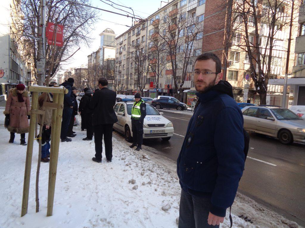 Полицаи съставиха предупредителен протокол на един от организаторите на проявата–Александър Николов (на преден план), тъй като в СОС не е било подадено навреме уведомление. Снимка: Къдринка Къдринова