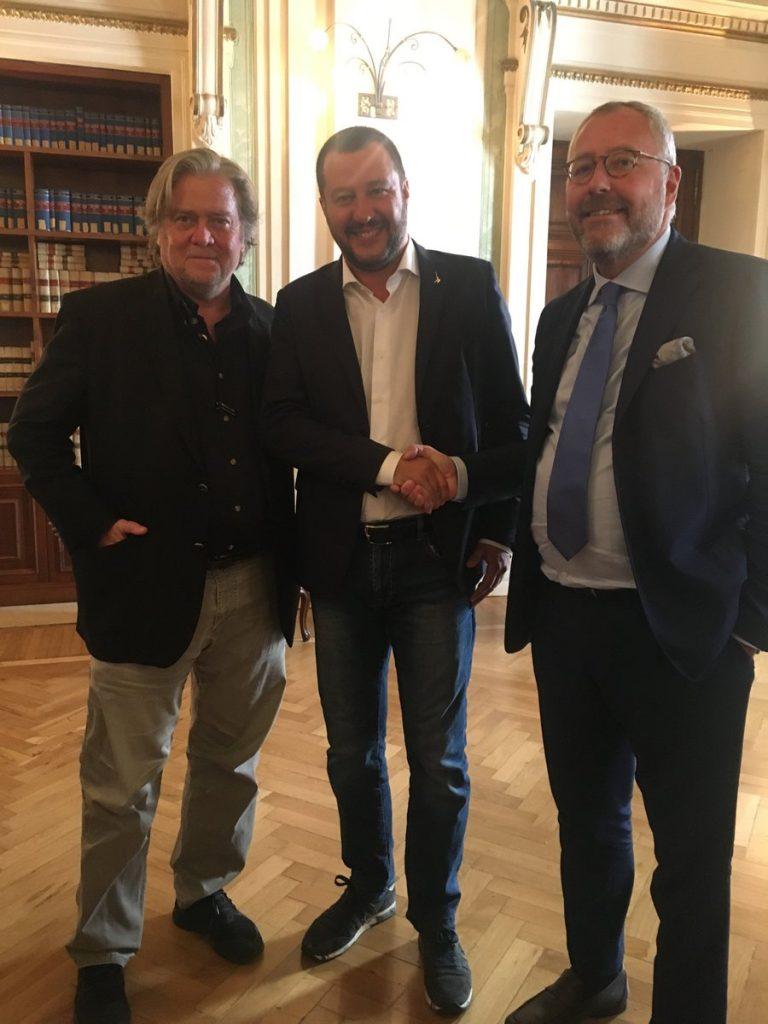 """Стив Банън, Матео Салвини и съоснователят на """"Движението"""", белгийският политик Мишаел Модрикамен. Снимка: Туитър"""