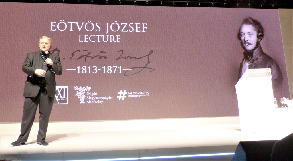 Банън превъзнася Орбан в речта си в Будапеща. Снимка: Уикипедия