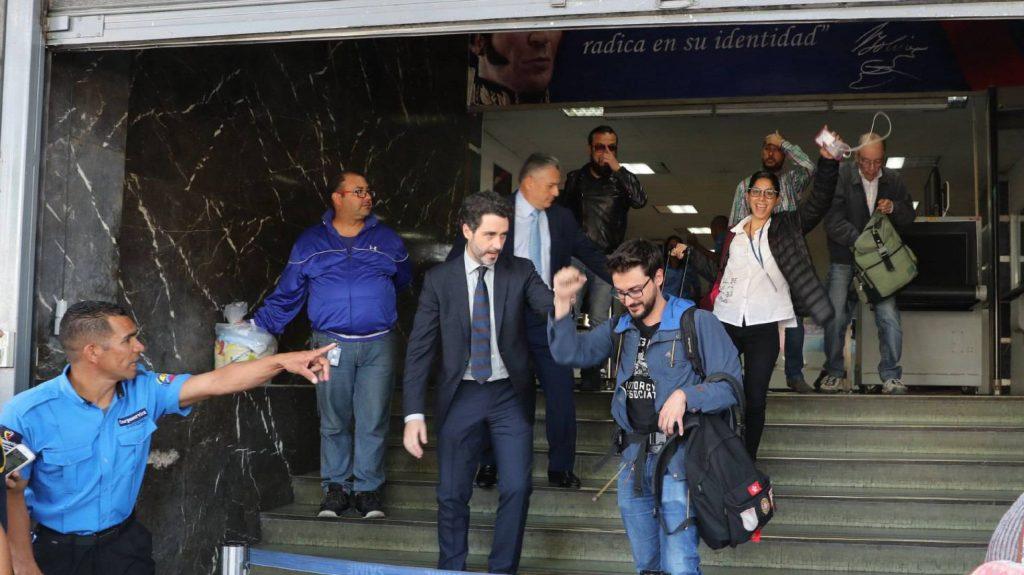 Хулио Навас, консулът на Испания в Каракас (с вратовръзката), придружи освободените на 31 януари по обед местно време Гонсало Домингес (на преден план), Маурен Барига (момичето с очилата и бялата блуза на втори план) и Леонардо Муньос (човекът, който се е хванал за главата, на заден план). Снимка: EFE