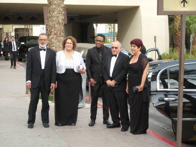 """Майито и Ернестина (крайните вляво) в Лас Вегас през 2012-та–преди да влязат на церемонията по връчване на """"Грами"""" за латиномузика. Quinteto Criollo e бил сред номинираните."""
