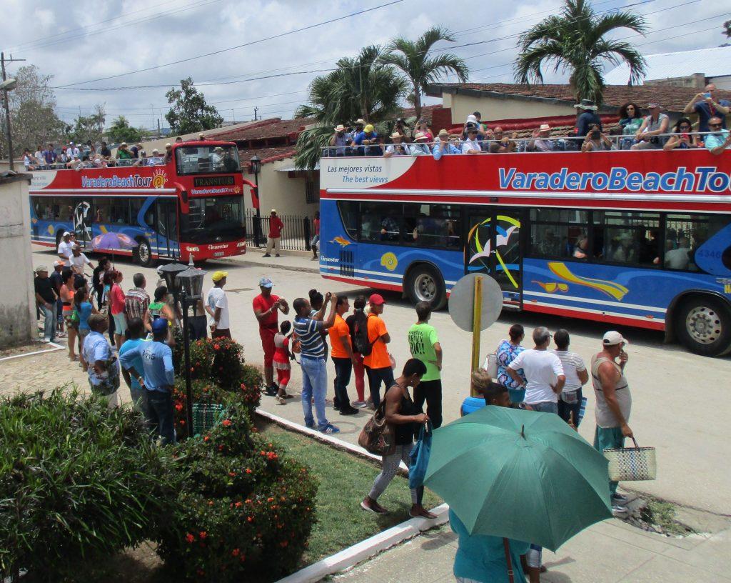 С такива открити автобуси поехме от Сагуа Ла Гранде към Санта Клара. Снимка: Къдринка Къдринова