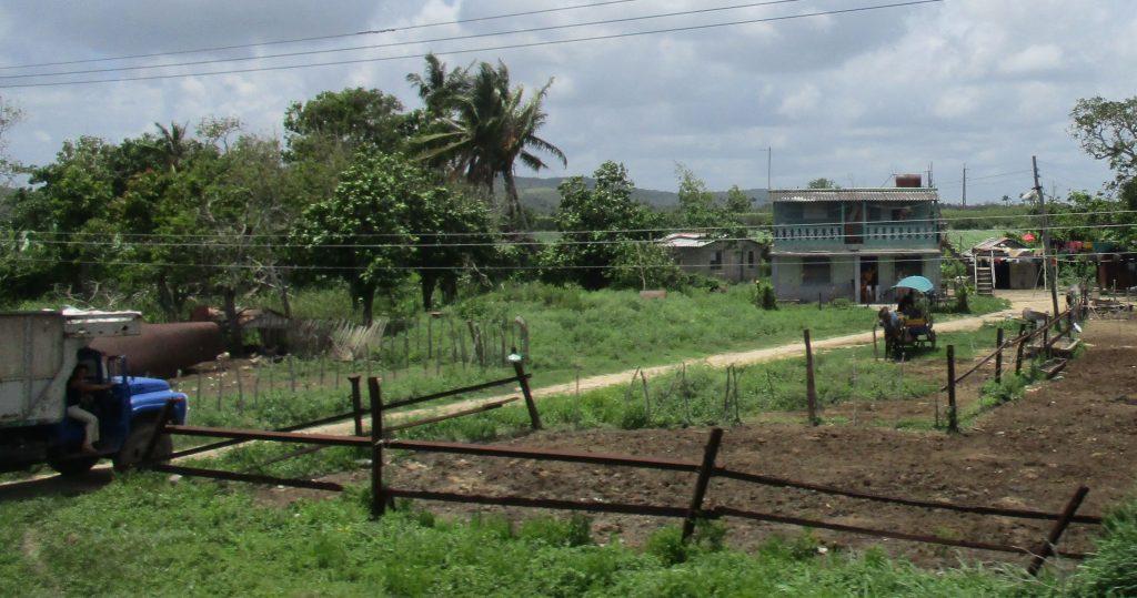 Селска къща с нивичка по пътя от Сагуа Ла Гранде към Санта Клара. Снимка: Къдринка Къдринова