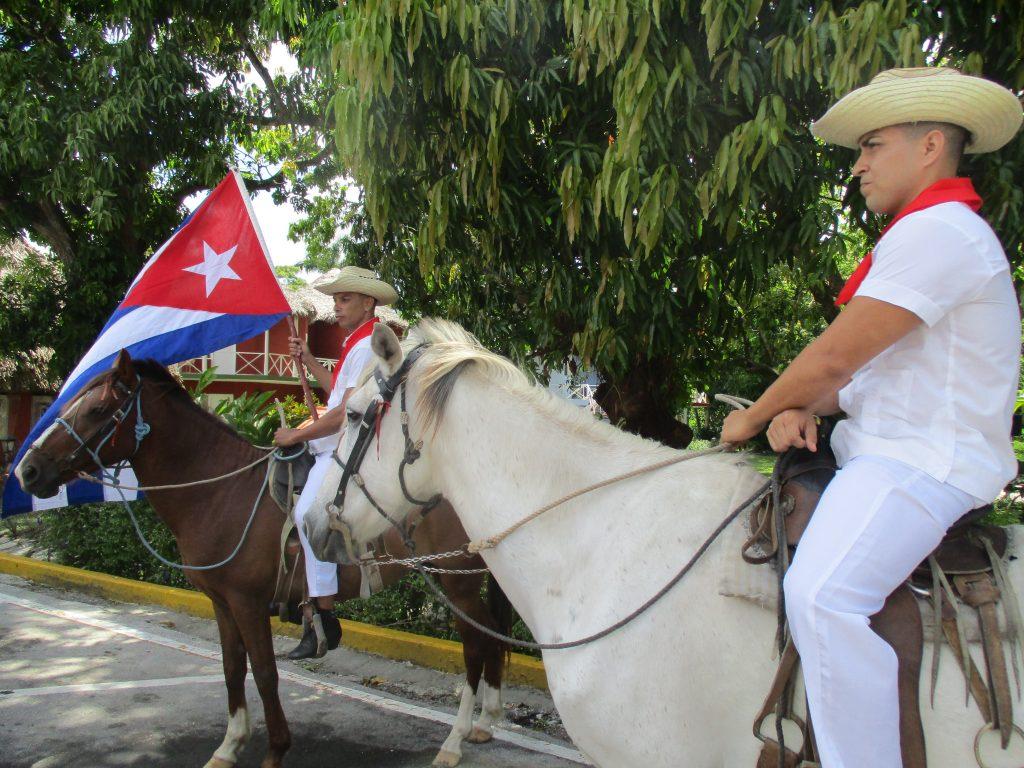 В La Granjita ни посрещнаха конници, облечени като мамбиси и развяващи кубинското знаме. Снимка: Къдринка Къдринова