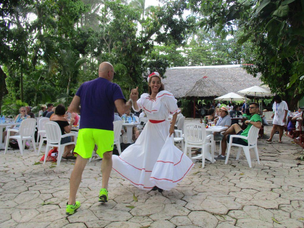 В танците в La Granjita бяха включени и чуждестранните гости. Снимка: Къдринка Къдринова