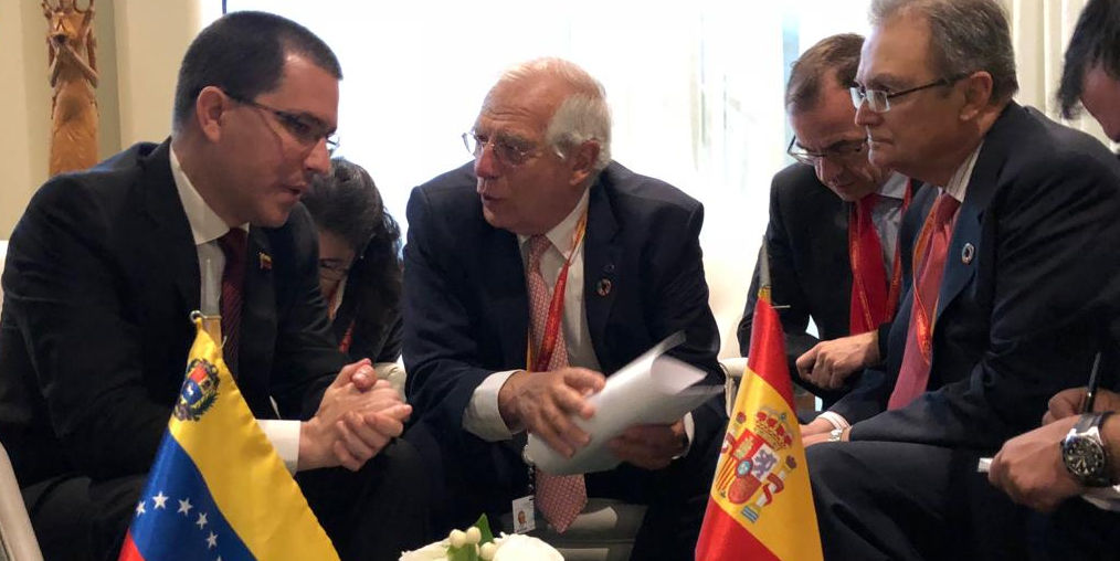 Испанският външен министър Жозеп Борел (в средата) в разговор с венесуелския си колега Хорхе Ареаса по време на сесията на Общото събрание на ООН в Ню Йорк през септември 2018 г. Снимка: mppre.gov.ve