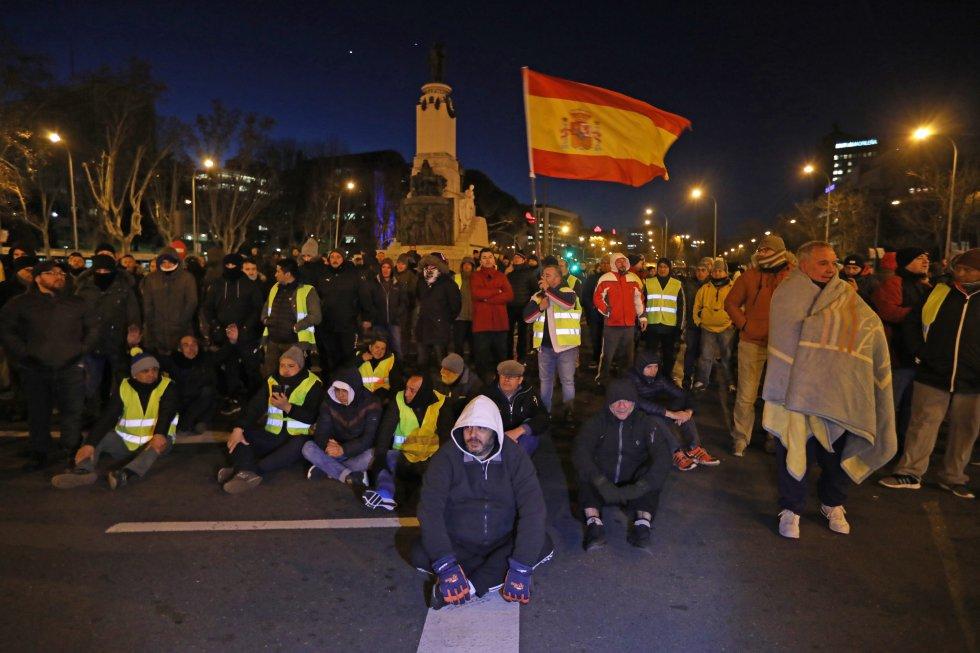 Шофьорите на таксита продължават протеста си в Мадрид. Снимка: El Pais