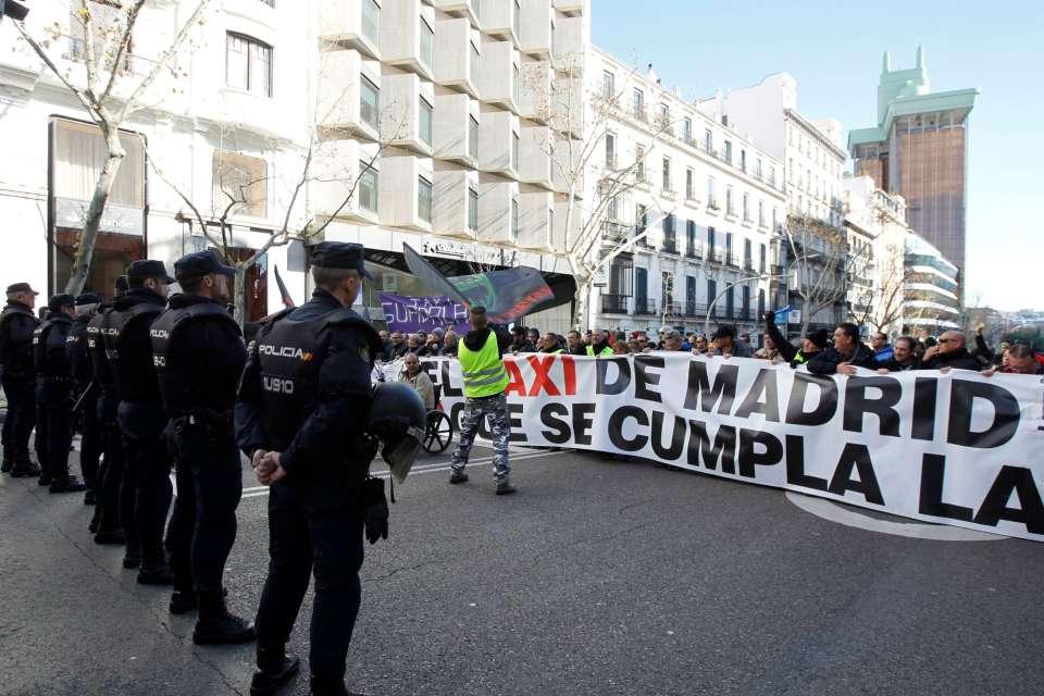 Таксиджии протестират пред централата на Народната партия в Мадрид. Неин представител е шефът на мадридската автономия Анхел Гаридо, който не откликва на исканията на стачниците. Снимка: EFE