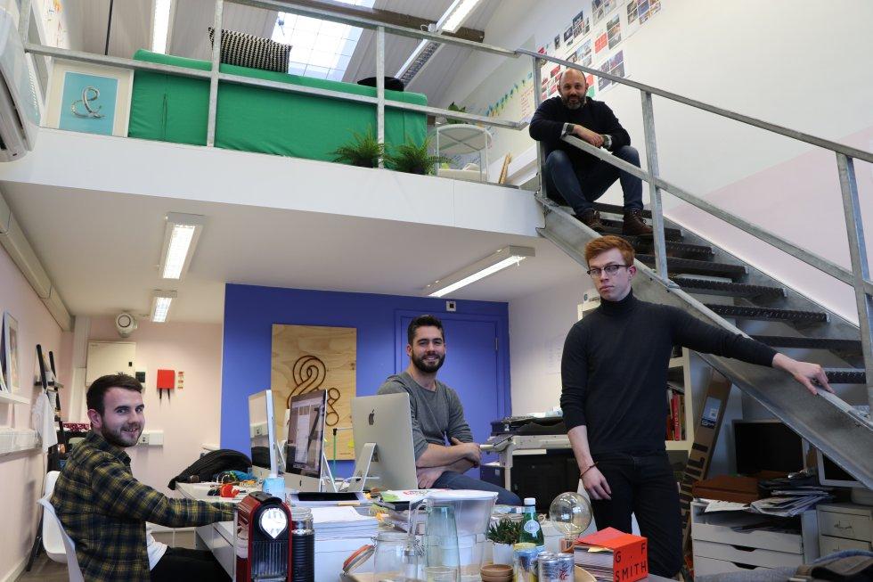 Мат Бел, Джо Трейси и Лука Туберони са колеги във фирма за графичен дизайн. Снимка: El Pais