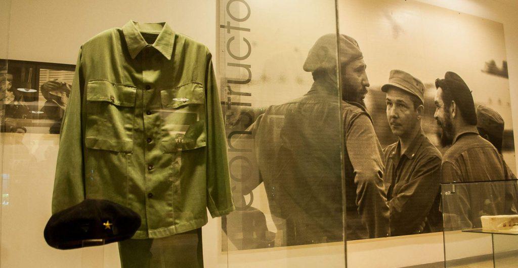 В музейната експозиция в мемориала на Че Гевара в Санта Клара може да се види униформата му и легендарната му барета
