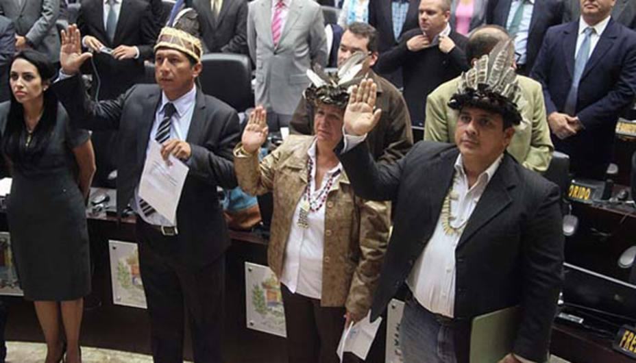 Тримата опозиционни дeпутати, избрани с нарушения в Амазония, се правят на индианци в Националното събрание в Каракас през 2016-та. Снимка: El Nacional