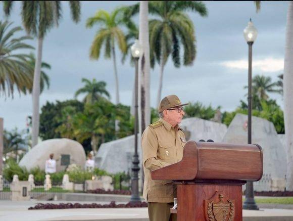 """Раул Кастро произнася юбилейната си реч на 1 януари т.г. на церемонията в гробищния парк """"Санта Ифигения"""" в Сантяго де Куба, където е погребан Фидел Кастро. Снимка: Cubadebate"""