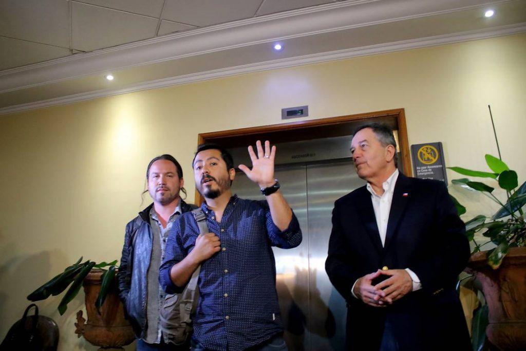 Експулсираните от Венесуела чилийски журналисти Родриго Перес и Гонсало Бараона бяха посрещнати на летището в Сантяго от чилийския външен министър Роберто Ампуеро. Снимка: Agencia Uno