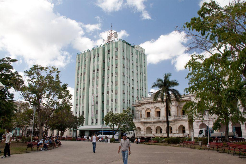 """Хотел """"Санта Клара Либре"""" рязко се отличава с бетонния си силует от доминиращия архитектурен стил на площада."""