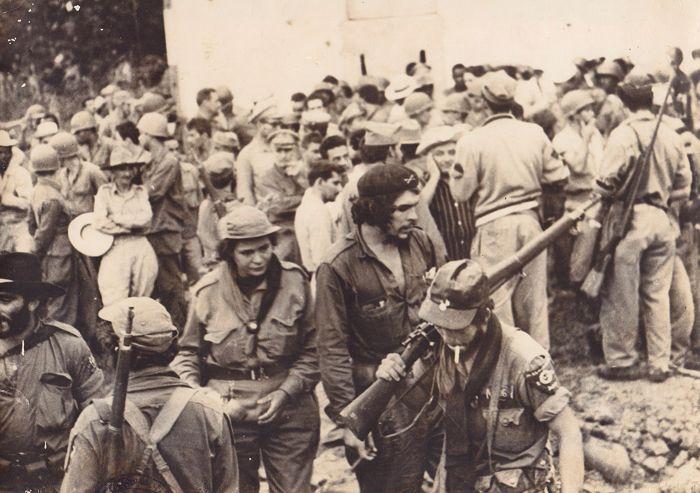 Че Гевара сред въстанически бойци веднага след победата в Санта Клара.