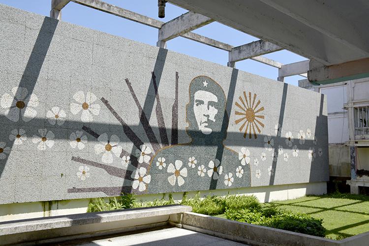 Паното в училището, носещо името на Че Гевара.