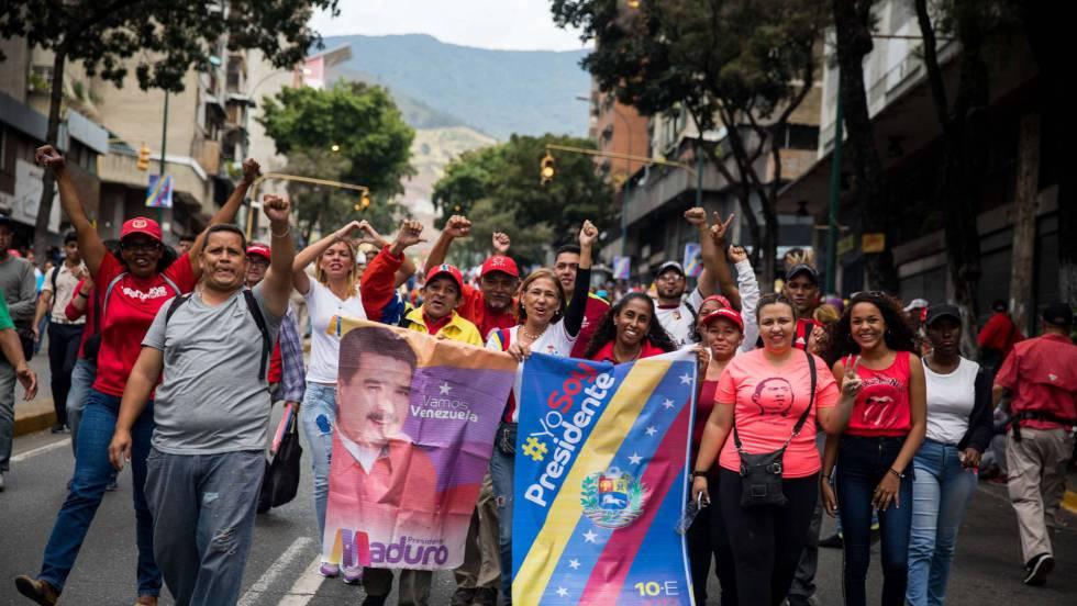 Привърженици на президента Николас Мадуро приветстват полагането на клетва за втори негов мандат из улиците на Каракас. Снимка: EFE