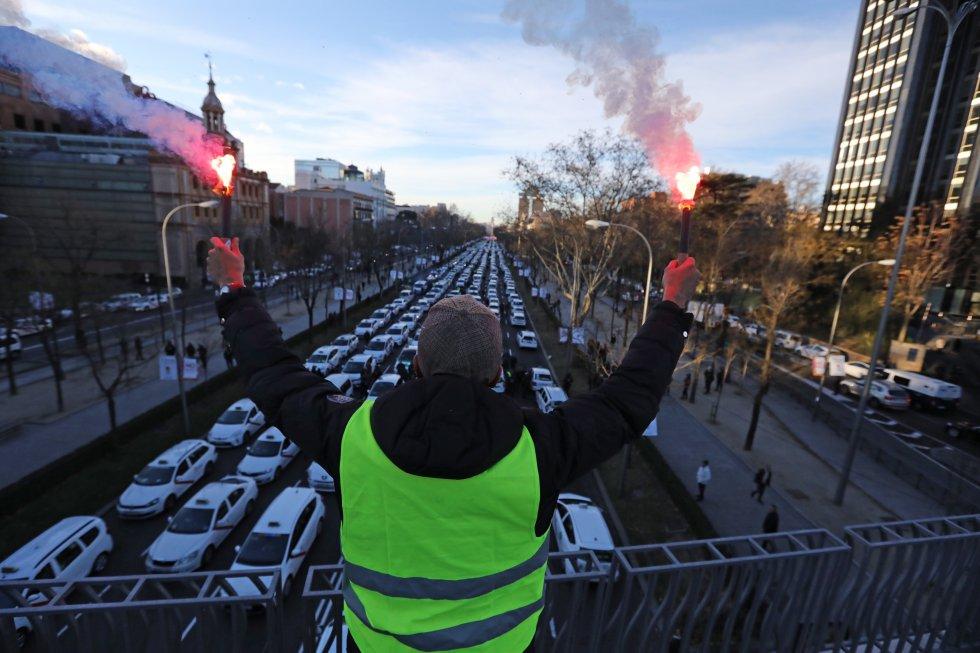 """Изглед към блокираната от таксита улица """"Кастеяна"""" в Мадрид от понеделник сутринта. Снимка: El Pais"""