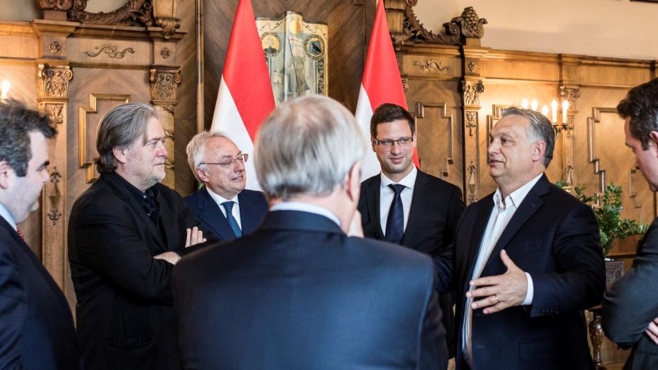 Стив Банън (вляво) и Виктор Орбан (вдясно) разговарят в Будапеща. Снимка: Kafkadesk