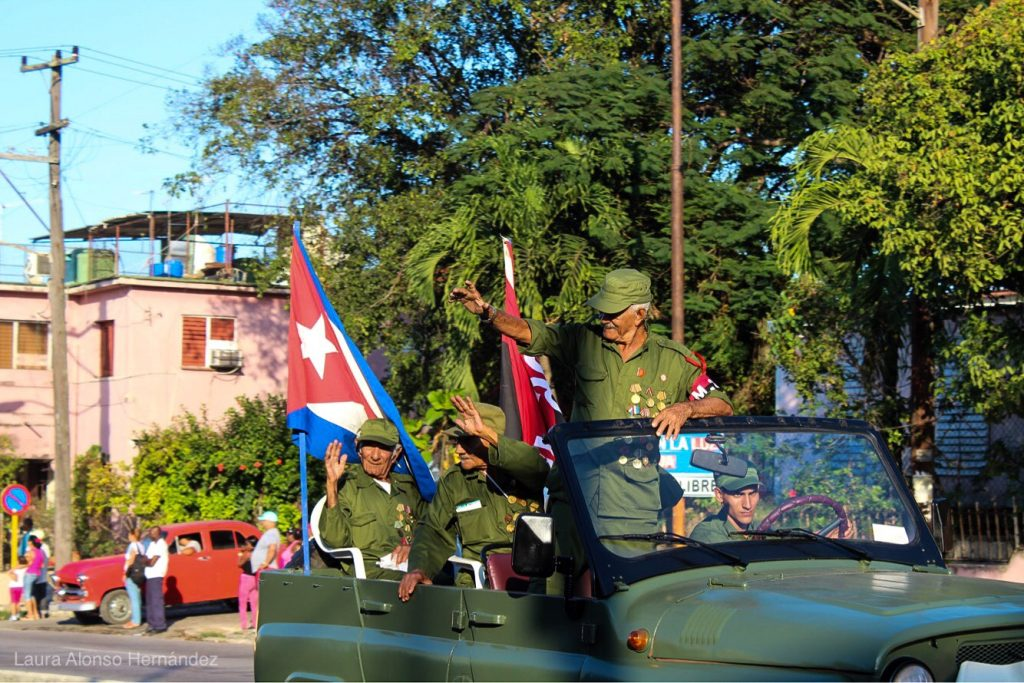 Ветерани от революцията махат на хората, приветстващи новата Колона на свободата. Снимка: Cubahora
