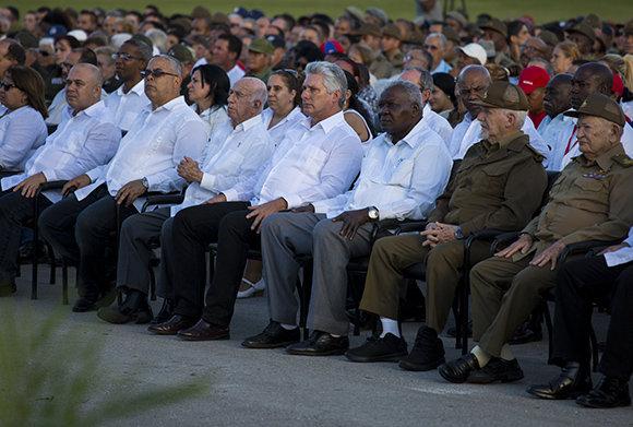 Кубинското държавно ръководство начело с президента Мигел Диас-Канел (четвъртият отдясно) на церемонията в чест на 60-годишнината от революцията в Сантяго де Куба. Снимка: Cubadebate