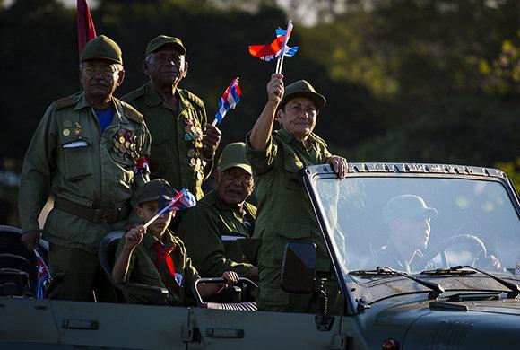 Начело на този джип знаменце размахва героинята на Куба, бригаден генерал от резерва Делса Естер (Тете) Пуебла. Снимка: Cubadebate