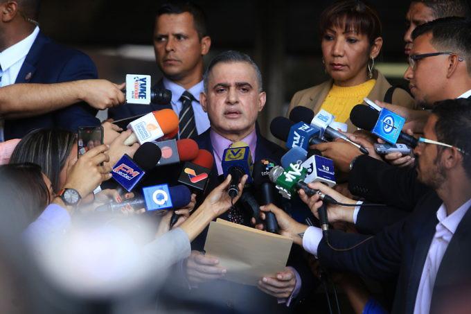 Главният прокурор Таррек Уилям Сааб дава изавления пред медиите при внасянето във Върховния съд на искането си за превантивни мерки спрямо Хуан Гуайдо. Снимка: AVN