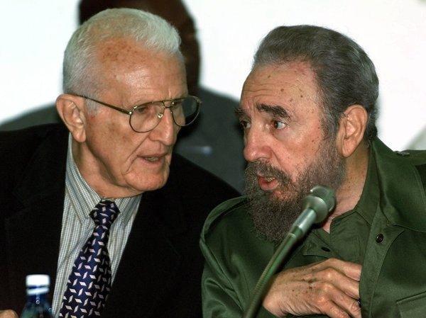 Хосе Рамон Фернандес и Фидел Кастро в края на 90-те години на 20-ти век. Снимка: Granma
