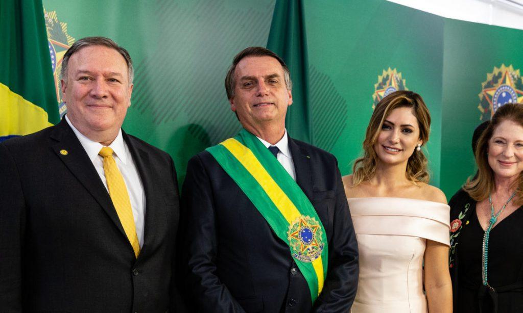 Майк Помпео и Жаир Болсонаро с жените си след инаугурацията на бразилския президент. Снимка: br.usembassy.gov